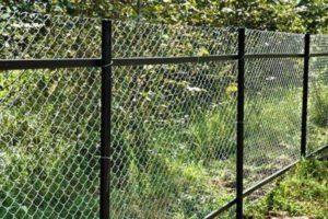 Забор из сетки рабицы на направляющих фото