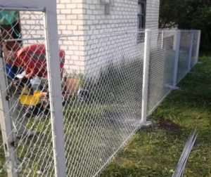 Забор из сетки рабицы с бетонированными столбами фото2