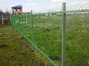 Забор из сетки-рабицы на направляющих фото