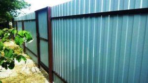 Забор с калиткой из оцинкованного профнастила фото